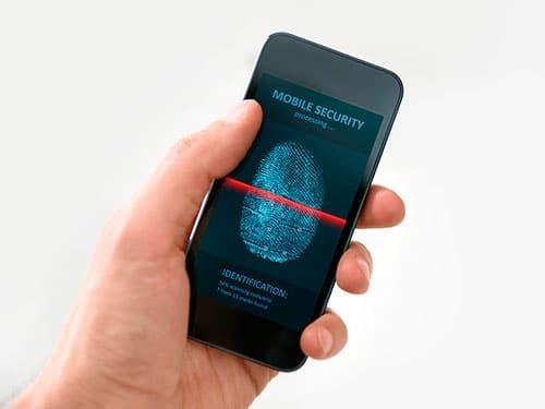 Smartphone mit Bild von gescanntem Fingerabdruck in einer Hand