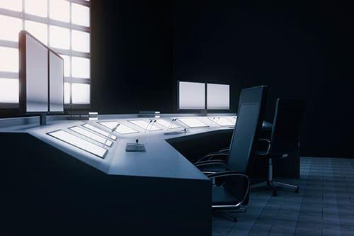 Steuerzentrale mit zwei Arbeitsplätzen und Monitoren im Tisch versenkt