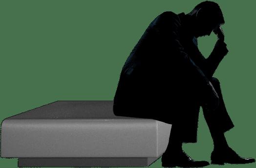 Mann sitzt auf einem niedrigen Podest und hat eine Denker-Pose eingenommen