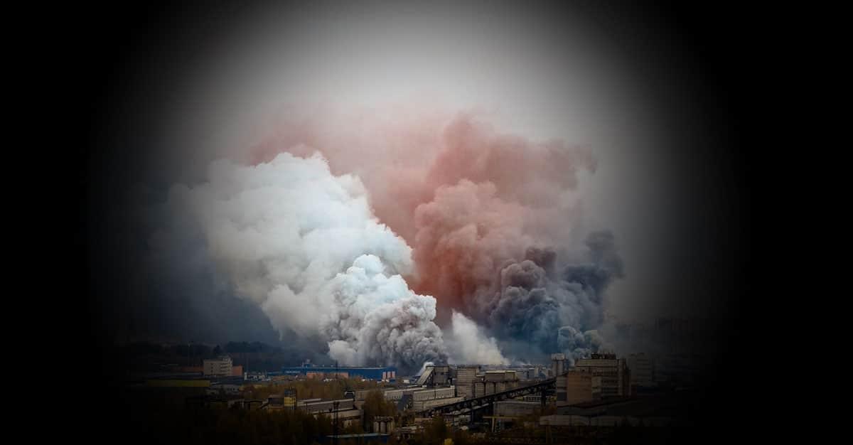 Zwei Rauchschwaden steigen über Industriegebiet auf