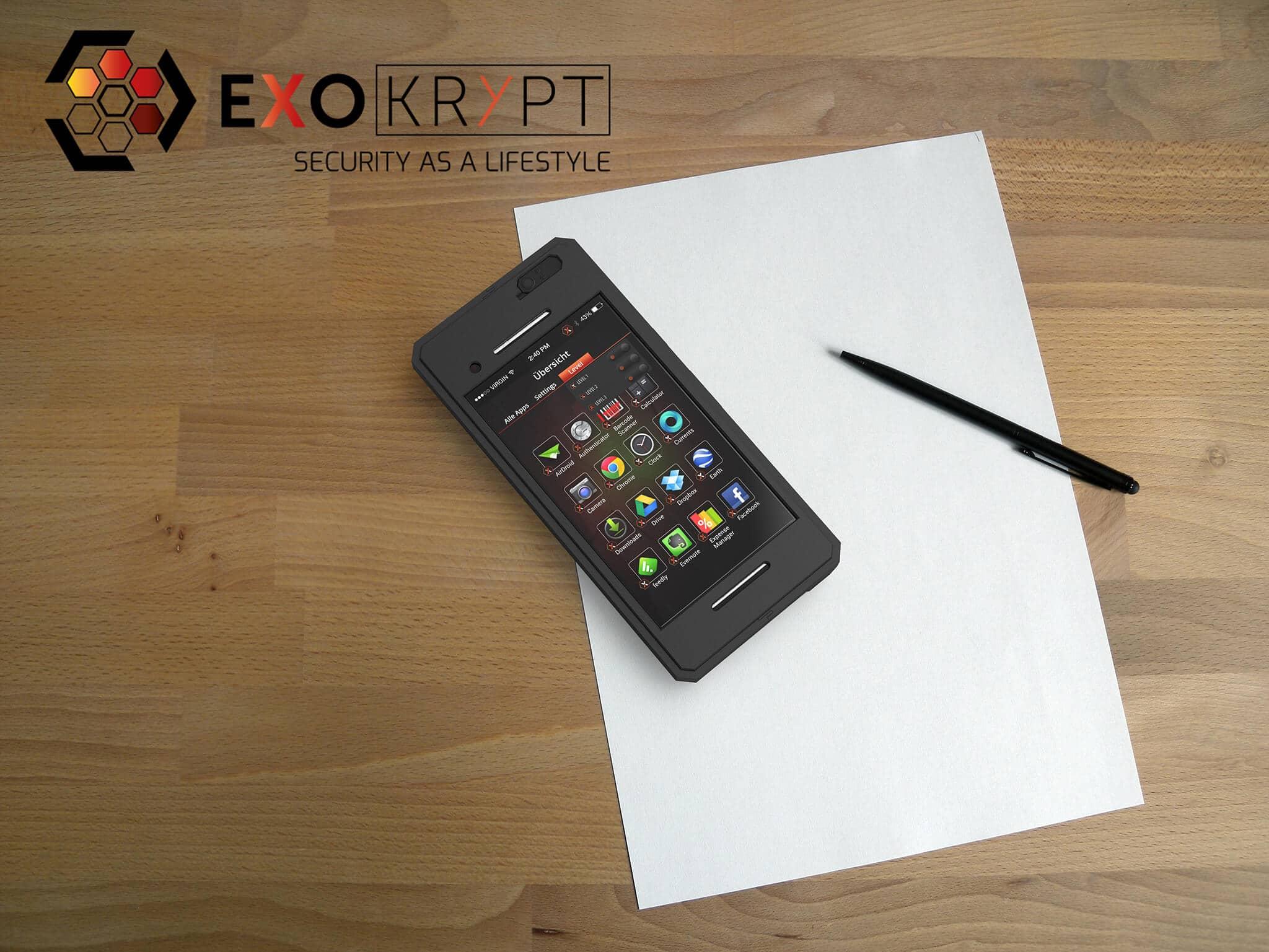 ExoShield BUSINESS Smartphone Case - Brushed Metal Frame Schwarz - Displayschutz Schwarz auf einem Holztisch auf einem Papierblatt liegend mit Kugelschreiber daneben