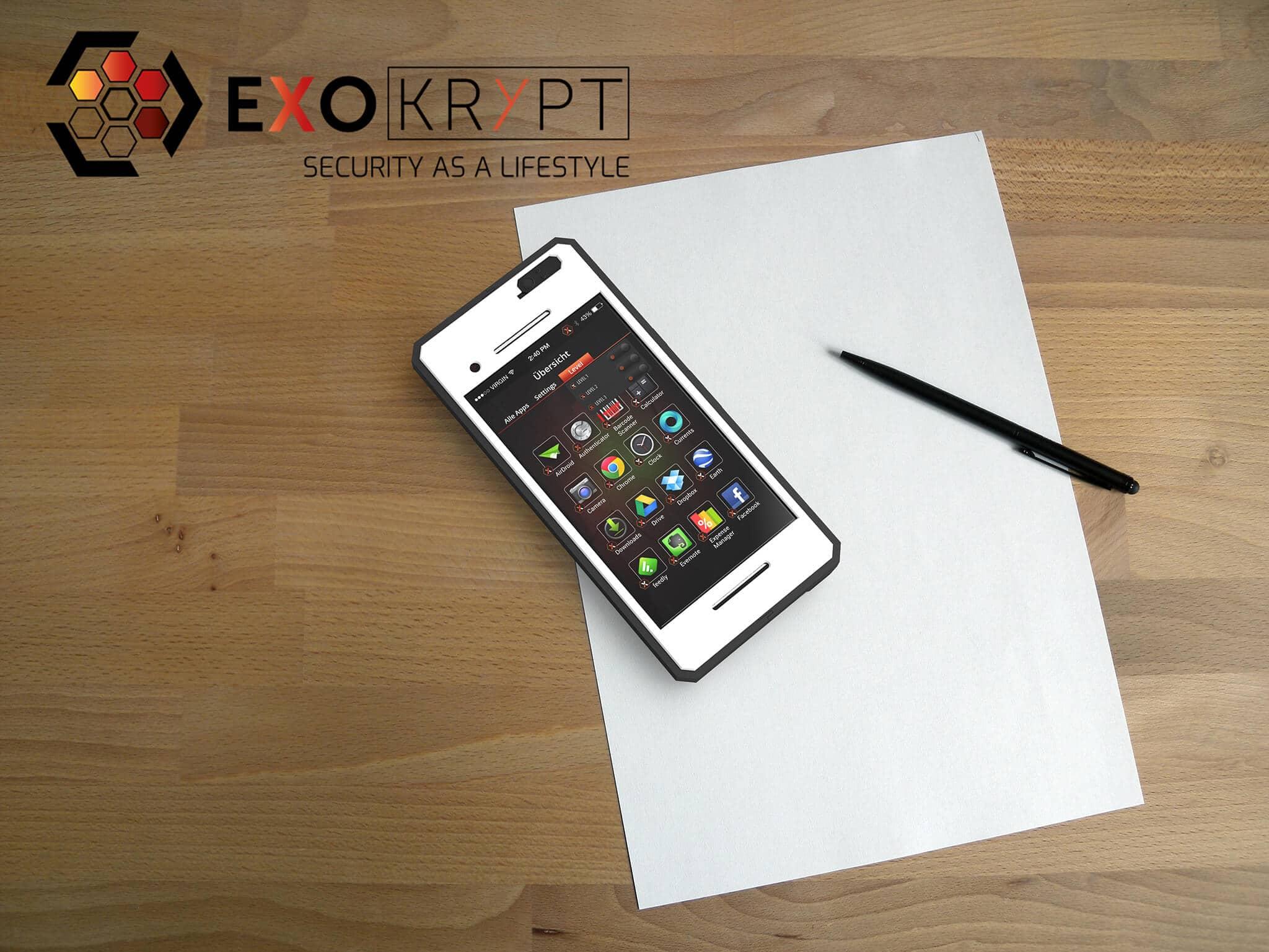ExoShield BUSINESS Smartphone Case - Brushed Metal Frame Schwarz - Weiser Displayschutz auf einem Holztisch auf einem Papierblatt liegend mit Kugelschreiber daneben