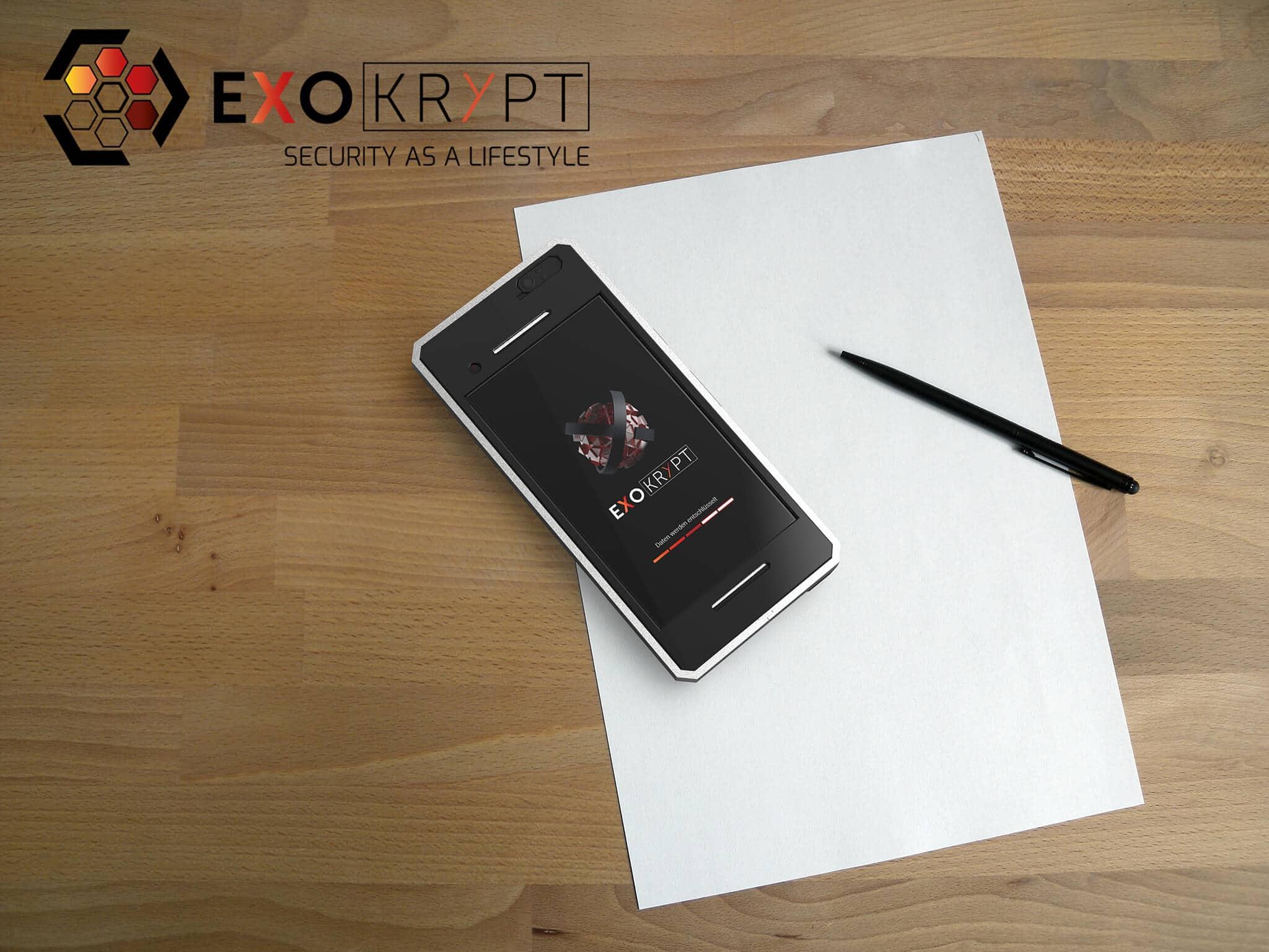 ExoShield BUSINESS Smartphone Case - Brushed Metal Frame - Frontansicht auf einem Holztisch auf einem Papierblatt liegend mit Kugelschreiber daneben