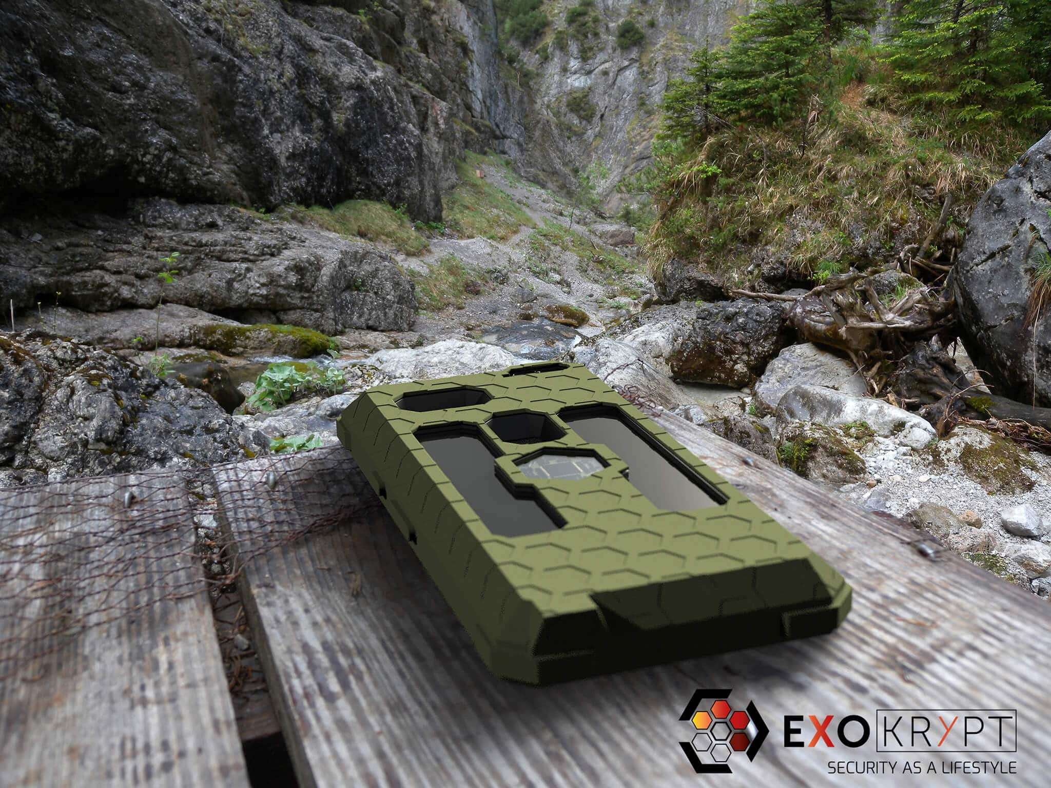 """ExoShield """"THE EDC"""" - Outdoor Hülle in Olive - Inlets Schwarz auf einem Holztisch vor einer Schlucht liegend"""